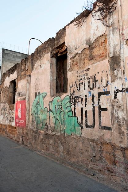 Graffiti auf einer zerstörten wand, zona 1, guatemala-stadt, guatemala Premium Fotos