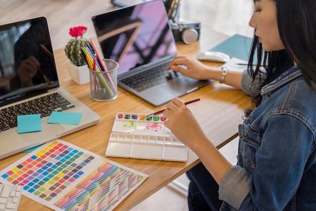Grafikdesigner arbeiten mit computer- und maus-stift-design-produkten und websites Premium Fotos