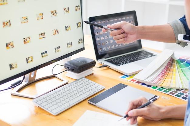 Grafikdesigner-team, das an webdesign arbeitet Premium Fotos