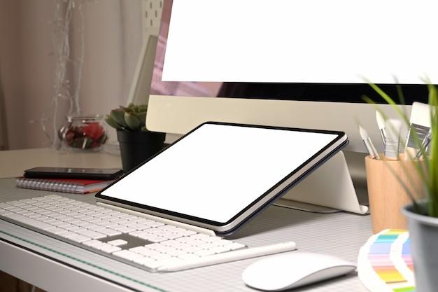 Grafischer designerarbeitsplatztablette und leerer bildschirm des desktop-computers Premium Fotos