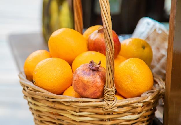 Granatäpfel und orangen werden auf dem markt verkauft. Premium Fotos