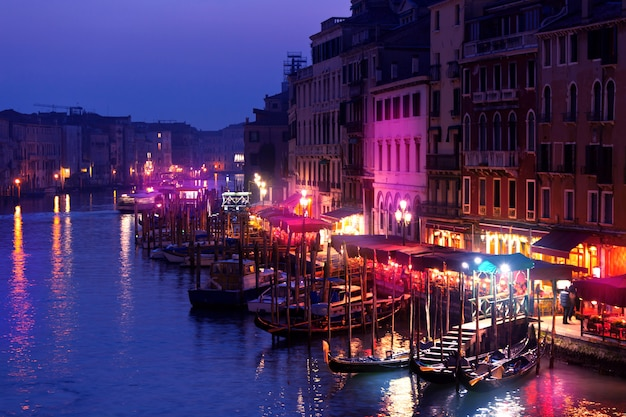 Grand canal nachts, venedig. Premium Fotos