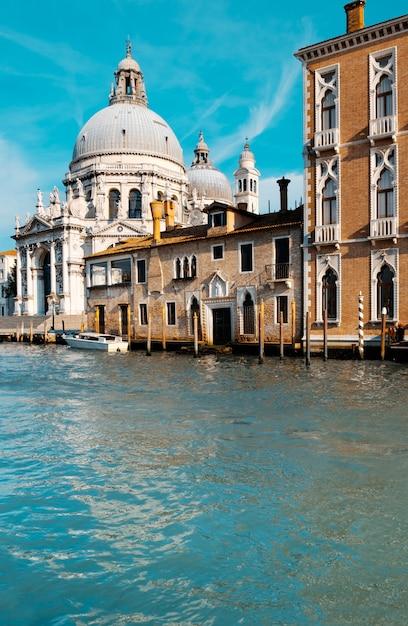 Grand canal und basilika santa maria della salute in venedig Premium Fotos