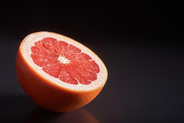 Grapefruit isoliert auf einem schwarzen. Kostenlose Fotos