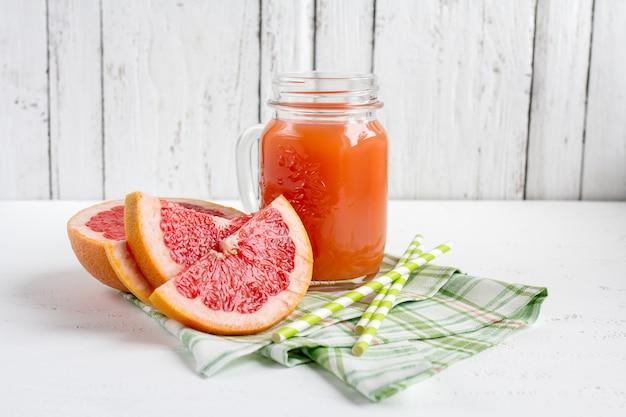Grapefruitsaft in einem glas Premium Fotos
