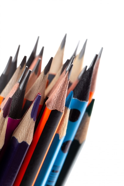 Graphitstifte zum schreiben und zeichnen zusammen mit mehrfarbigen stiften auf weißem schreibtisch Kostenlose Fotos