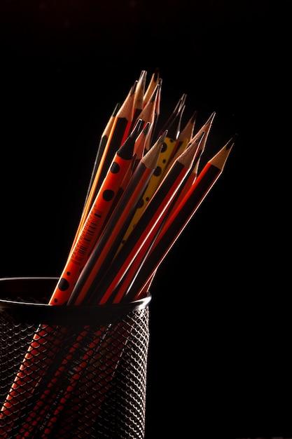 Graphitstifte zum zeichnen und schreiben in schwarzem korb auf schwarz gefüttert Kostenlose Fotos