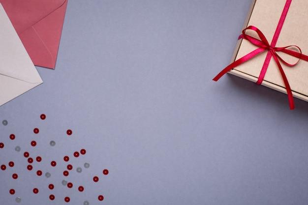 Grau mit geschenkumschlägen und geschenkbox Premium Fotos