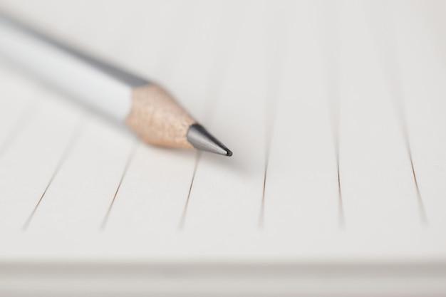 Graue bleistiftspitze zum leeren bereich des briefpapiers Premium Fotos