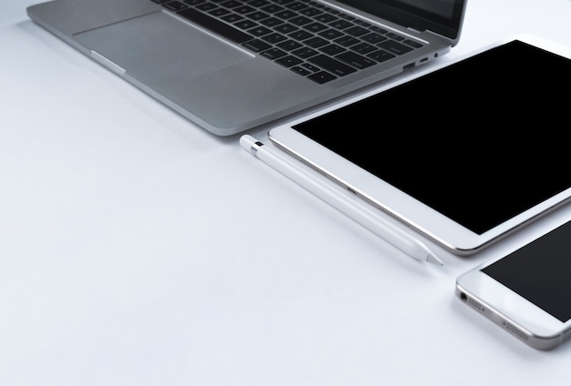 Grauer laptop mit elektronischen geräten Kostenlose Fotos