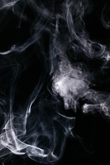 Grauer rauch bewegt auf schwarzen hintergrund wellenartig Kostenlose Fotos