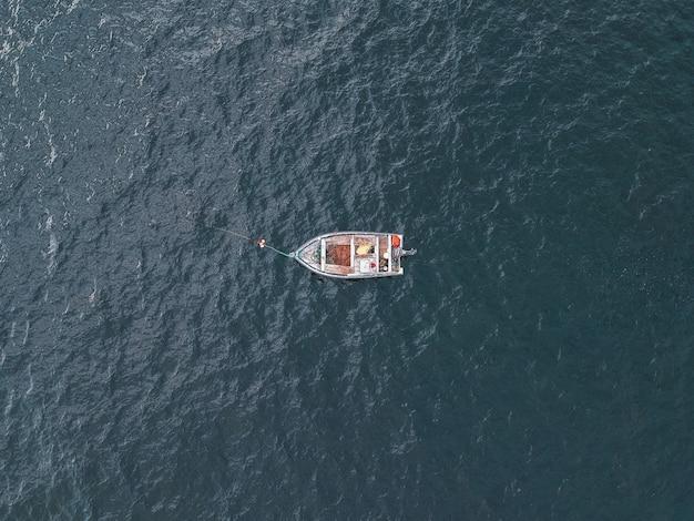 Graues boot auf gewässern während des tages Kostenlose Fotos