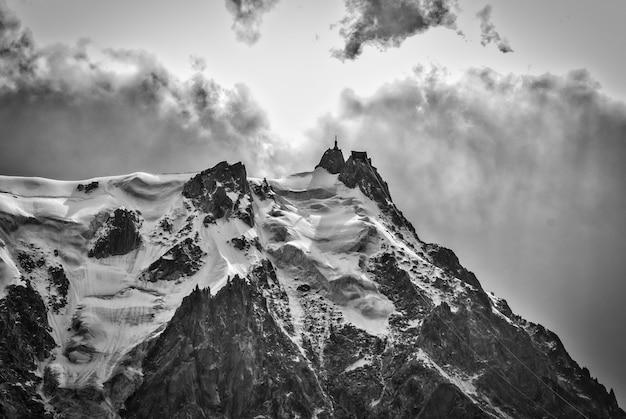 Graustufenaufnahme des berühmten schneebedeckten berges aiguille du midi in frankreich Kostenlose Fotos