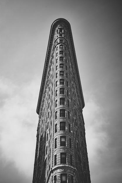 Graustufenaufnahme des niedrigen winkels des neugierigen flatiron-gebäudes in manhattan, new york city, usa Kostenlose Fotos