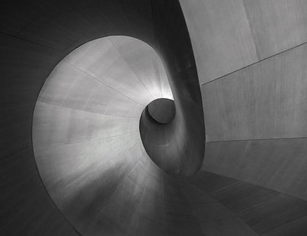 Graustufenaufnahme eines einzigartigen stücks architektur perfekt für einen kreativen hintergrund Kostenlose Fotos