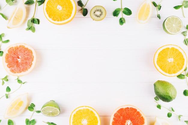 Grenze aus früchten und minze Premium Fotos