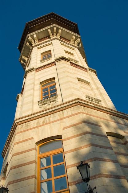Grenzstein, alter veralteter wachturm in chisinau, moldau Premium Fotos