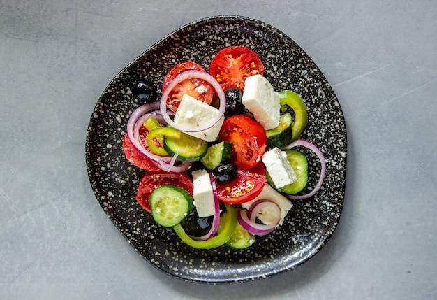 Griechischer salat auf beton Premium Fotos