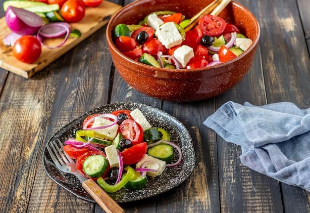Griechischer salat auf einem holz Premium Fotos