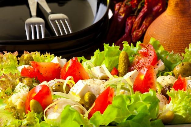 Griechischer salat. gesundes lebensmittelkonzept Premium Fotos