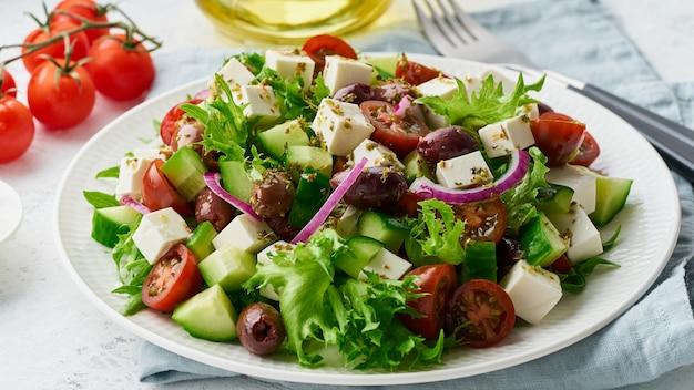 Griechischer salat mit feta und tomaten Premium Fotos