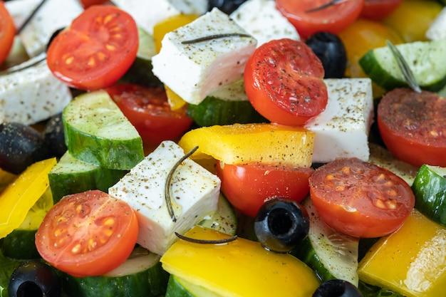 Griechischer salat mit rosmarin und gewürzen nahaufnahme, salat zutatenkonzept Premium Fotos