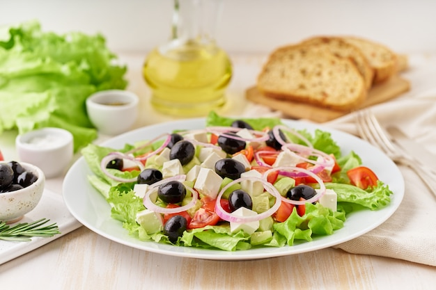 Griechischer salat mit tomaten, gurken, feta, zwiebeln. seitenansicht, nahaufnahme Premium Fotos