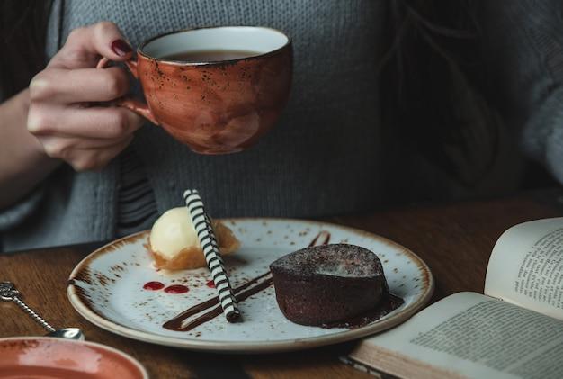 Gril, das einen tasse kaffee mit schokoladenfondue hält bild Kostenlose Fotos