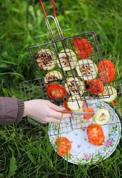 Grillen des gemüses auf plattennahaufnahmefoto Premium Fotos