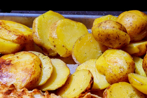Grillen sie die kartoffeln, die auf gebratenen hauptkartoffeln auf dem grillhintergrund gebraten werden Premium Fotos
