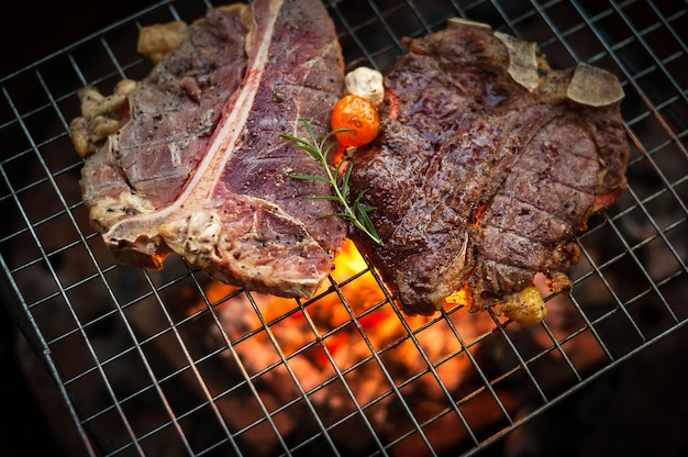 Grillen t bone steak auf flammendem grill Premium Fotos