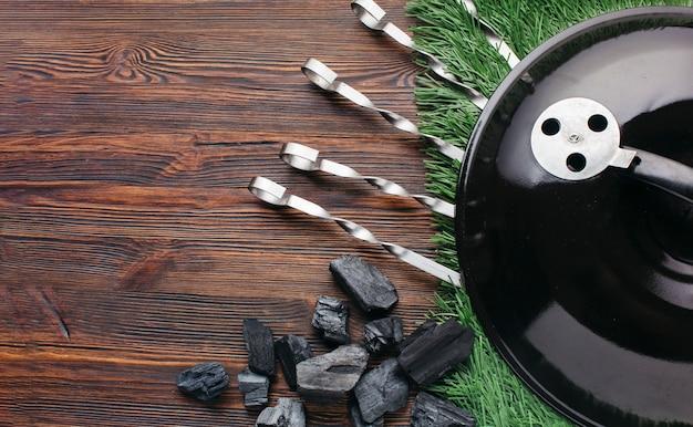 Grillgerätgerät mit grasmatte auf hölzernem schreibtisch Kostenlose Fotos