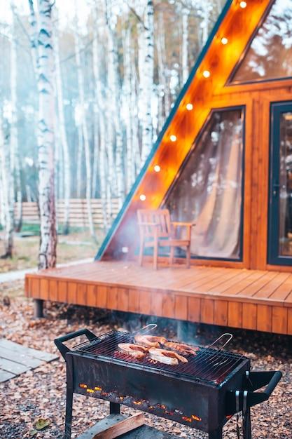 Grillsteaks auf dem grill. feuer und rauch rollen über fischstücke Premium Fotos