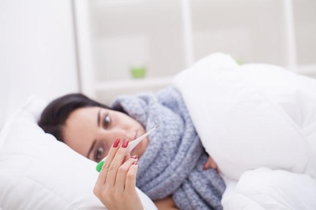 Grippe. nahaufnahme der hand der frau thermometer halten Premium Fotos