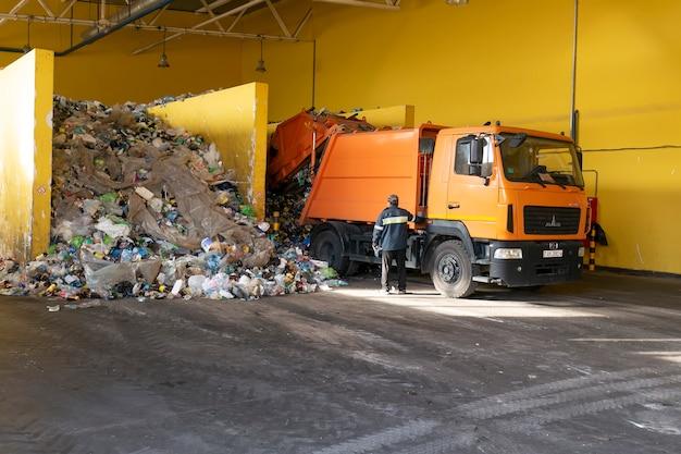 Grodno, belarus - 26. oktober 2019: müllwagen entlädt müll an der abfallrecyclingfabrik. Premium Fotos