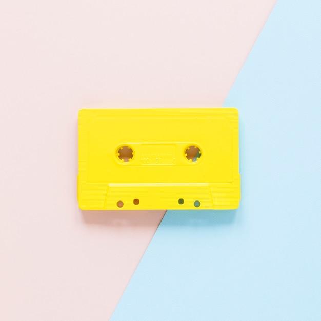 Großaufnahme der kassette auf rosa und blauem hintergrund Kostenlose Fotos