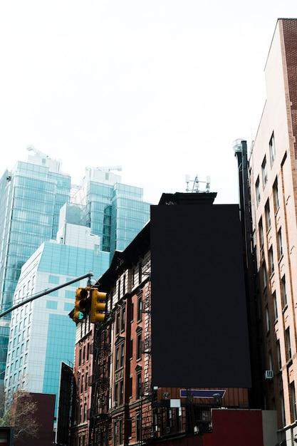 Große anschlagtafelschablone auf gebäude in der stadt Kostenlose Fotos