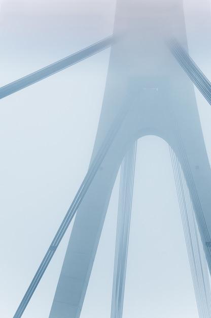 Große brücke im nebel Premium Fotos