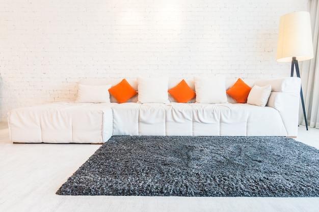 gro e couch mit kissen download der kostenlosen fotos. Black Bedroom Furniture Sets. Home Design Ideas