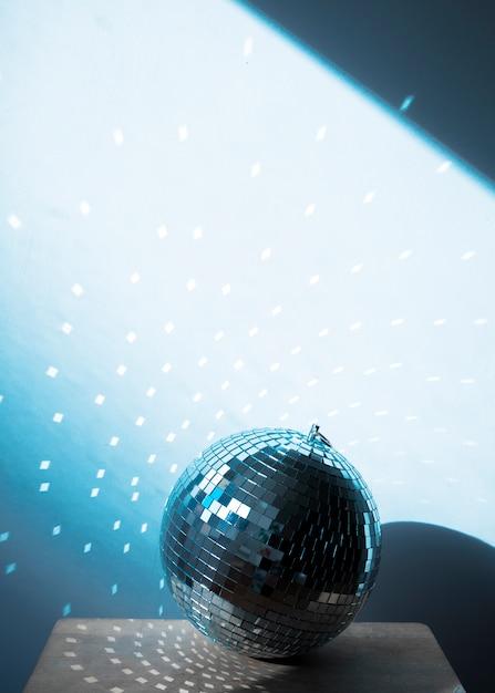 Große discokugel auf stuhl mit partylichtern Kostenlose Fotos
