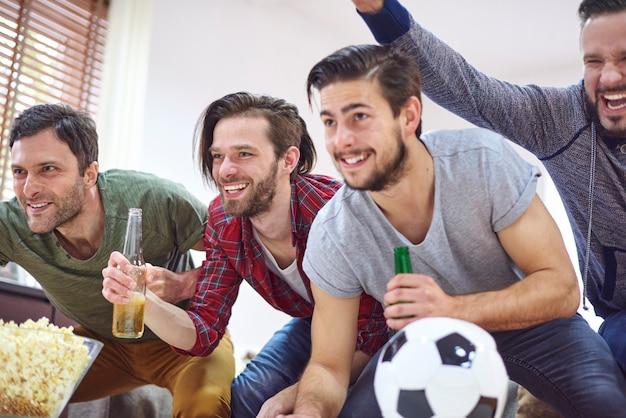 Große emotionen beim fußballspiel Kostenlose Fotos