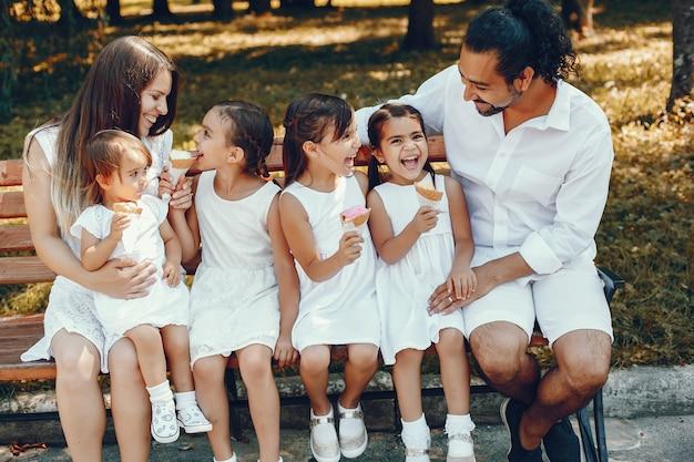 Große familie, die in einem sommerpark spielt Kostenlose Fotos