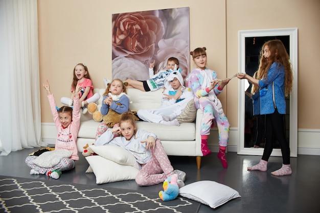 Große familie, kinder haben spaß und spielen morgens zu hause. jungen und mädchen Premium Fotos