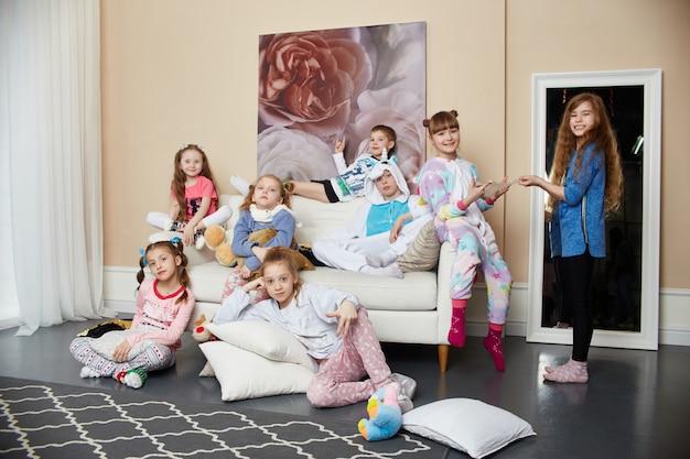 Große familie, kinder haben spaß und spielen morgens zu hause Premium Fotos