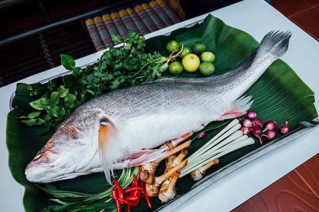 Große fische bereiten sich zum kochen vor Kostenlose Fotos