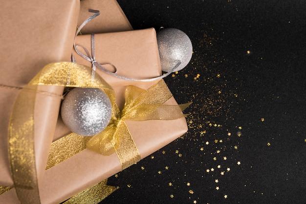 Große geschenkboxen mit silbernen kugeln auf dem tisch Kostenlose Fotos