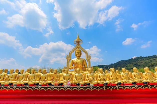 Große goldene buddha-statue unter kleinen 1.250 buddha-statuen Premium Fotos