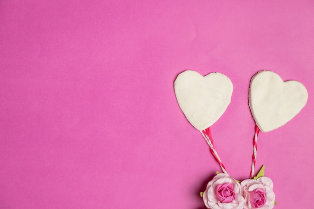 Große herzen auf rosa hintergrund mit raum für text, liebesikone, valentinstag Premium Fotos