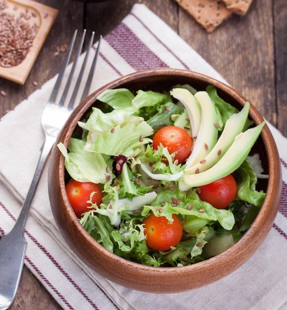 Große hölzerne schüssel mit salat Kostenlose Fotos