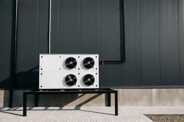 Große industrielle klimaanlage fan system im freien auf einem grauen wandhintergrund Premium Fotos